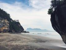Formação da praia e da pedra em Sarawak Bornéu imagens de stock
