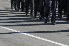 Formação de marcha militar Sombras na estrada Imagens de Stock Royalty Free