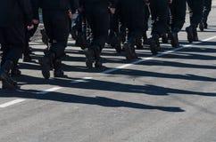 Formação de marcha militar Sombras na estrada Fotos de Stock