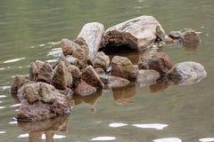 Formação de pedra abstrata no lago Imagem de Stock Royalty Free