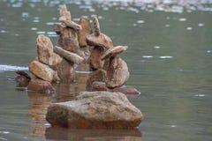 Formação de pedra abstrata no lago Imagem de Stock