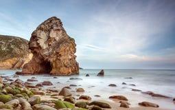 Formação de rocha bonita em uma praia isolada Foto de Stock Royalty Free