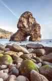 Formação de rocha bonita em uma praia isolada Fotos de Stock