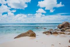 Formação de rocha com vista surpreendente do oceano no fundo Foto de Stock
