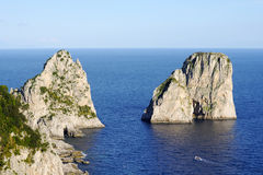 Formação de rocha de Faraglioni, Capri, Itália fotografia de stock royalty free