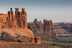 Formação de rocha de três bisbolhetices no parque nacional dos arcos no nascer do sol Imagens de Stock Royalty Free