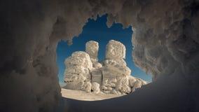Formação de rocha interessante no inverno imagem de stock
