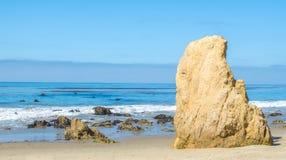 Formação de rocha irregular em um Sandy Beach no oceano Fotos de Stock Royalty Free