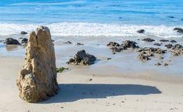 Formação de rocha irregular em um Sandy Beach no oceano Imagem de Stock