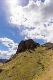 Formação de rocha na montanha verde imagens de stock