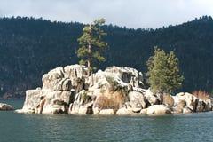 Formação de rocha no lago Fotografia de Stock Royalty Free