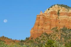 Formação de rocha vermelha com Lua cheia Fotos de Stock Royalty Free