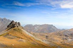 Formação do afloramento de rocha e vista distante no Picos De Europa b Foto de Stock