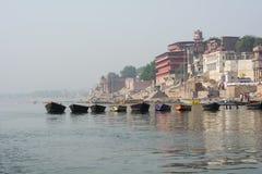 Formação do barco na costa sagrado de Ganges - Varanasi, Índia fotografia de stock royalty free