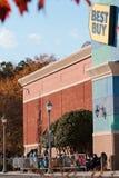 Formação dos clientes de Black Friday fora de Best Buy na ação de graças Foto de Stock