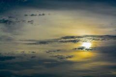A formação e a textura abstratas das nuvens sobre e em torno do sol Acima do Golfo do México em florida imagens de stock