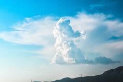 Formação interessante da nuvem no céu azul Imagens de Stock