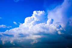 Formação interessante da nuvem no céu azul Foto de Stock Royalty Free