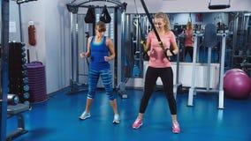 Formação no gym sob a supervisão de um treinador video estoque