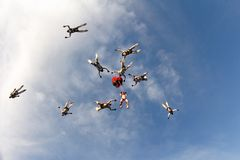 Formação que salta em queda livre no céu azul fotografia de stock