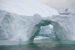 Formações arqueadas no iceberg imagens de stock