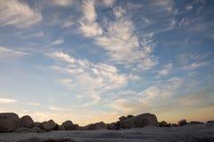 Formações brancas da nuvem no por do sol Imagem de Stock Royalty Free