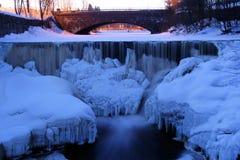 Formações de gelo e sincelos na corredeira de um rio no co Fotos de Stock