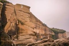 Formações de rocha altas na praia do túnel durante horas do amanhecer, perto de Dunedin, Otago, ilha sul, Nova Zelândia imagens de stock royalty free