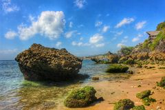 Formações de rocha bonitas no Sandy Beach imagem de stock royalty free