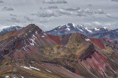 Formações de rocha coloridas nos Andes, Peru foto de stock