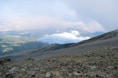 Formações de rocha contra um fundo nevoento em Mount Meru, Tanzânia imagem de stock royalty free