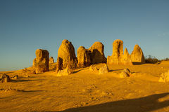 Formações de rocha da pedra calcária dos pináculos no parque nacional de Nambung Fotos de Stock Royalty Free