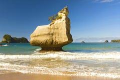 Formações de rocha e Sandy Beach fino na angra da catedral na península de Coromandel em Nova Zelândia, ilha norte fotos de stock royalty free
