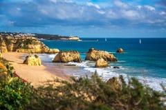 Formações de rocha famosas no oceano no Praia a Dinamarca Rocha, Portimao Imagens de Stock
