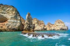 Formações de rocha fantásticas perto de Lagos no Algarve fotografia de stock