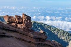 Formações de rocha geological vulcânicas acima do nível da nuvem no La Palma, Ilhas Canárias, Espanha fotos de stock royalty free