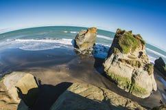Formações de rocha na costa de mar Foto de Stock