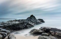 Formações de rocha na praia, baía de Carlyon, Cornualha fotos de stock royalty free