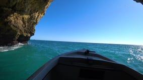 Formações de rocha naturais no litoral no Praia a Dinamarca Marinha na região do Algarve, Lagos, Portugal video estoque