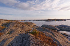 Formações de rocha ondulados acima da água Fotos de Stock Royalty Free