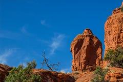 Formações de rocha vermelhas contra o fundo do céu azul Imagem de Stock Royalty Free