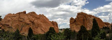 Formações e árvores de rocha no jardim dos deuses fotografia de stock royalty free
