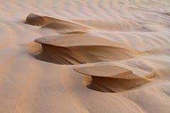 Formações estranhas da areia que olham como esculturas, criadas pelo vento foto de stock