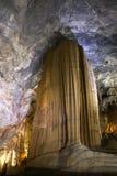 Formações impressionantes da pedra calcária de Vietname da caverna do paraíso Imagens de Stock Royalty Free