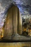Formações impressionantes da pedra calcária de Vietname da caverna do paraíso Foto de Stock