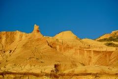 Formações naturais do arenito: formado das grões de areia cimentadas, amarelo-alaranjadas na cor, formando penhascos ásperos cont fotos de stock royalty free