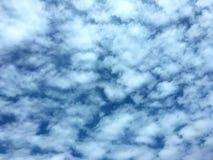 Forma branca bonita da nuvem no céu azul na tarde imagem de stock