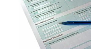 Forma BRITÁNICA de la declaración de impuestos con la pluma Fotografía de archivo libre de regalías