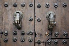 Forma bronzea della decorazione della maniglia della porta come mani della donna Immagini Stock Libere da Diritti