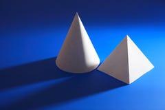 Forma cónica y pirámide blancas en azul Fotografía de archivo libre de regalías
